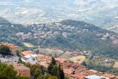 Il San Marino, San Marino - 10 luglio 2017: Vista dalla cima della vista sulle case con i tetti rossi Fotografie Stock Libere da Diritti