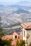 Il San Marino, San Marino - 10 luglio 2017: Vista dalla cima della vista sulle case con i tetti rossi Immagini Stock