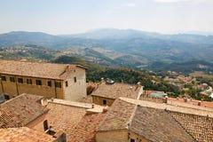 Il San Marino, San Marino - 10 luglio 2017: Vista dalla cima della vista sulle case con i tetti rossi Fotografie Stock