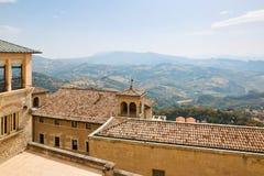 Il San Marino, San Marino - 10 luglio 2017: Vista dalla cima della vista sulle case con i tetti rossi Immagini Stock Libere da Diritti