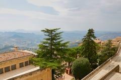Il San Marino, San Marino - 10 luglio 2017: Vista dalla cima della vista sulle case con i tetti rossi Fotografia Stock