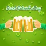 Il san Patrick Day Celebration Success ed il simbolo della prosperità passa tiene la tazza della birra con l'icona della schiuma  Fotografie Stock Libere da Diritti