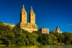 Il San Remo ed il lago veduti al Central Park, Manhattan, nuovo Y immagini stock