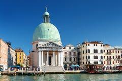 Il San Simeone Piccolo a Venezia Italia sul fondo del cielo blu Fotografie Stock