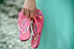 Il sandalo flops le scarpe in mani Fotografia Stock