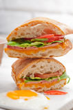 Il sandwich di panini di Ciabatta eggs la lattuga del pomodoro fotografia stock