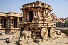 Il santuario di Garuda sotto forma di biga di pietra al tempio di Vitthala, Hampi, il Karnataka, India fotografie stock libere da diritti