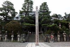 Il santuario o il tempio al Giappone, la gente viene a fare il merito o la benedizione della felicità immagini stock libere da diritti