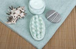 Il sapone ed il corpo di massaggio fregano. fotografia stock libera da diritti