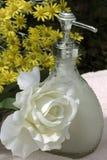 Il sapone liquido ed è aumentato fotografia stock libera da diritti