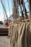 Il sartiame corrente della nave si è arrotolato e ready per il mare immagine stock libera da diritti