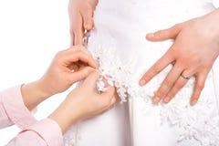 Il sarto cuce il vestito della sposa fotografia stock