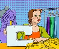 Il sarto da donna cuce un vestito sulla macchina per cucire Fotografia Stock Libera da Diritti