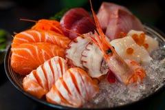 Il sashimi è una squisitezza giapponese che consiste della carne cruda o del pesce molto fresca affettato in pezzi sottili Fotografia Stock