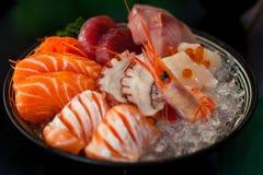 Il sashimi è una squisitezza giapponese che consiste della carne cruda o del pesce molto fresca affettato in pezzi sottili Immagine Stock
