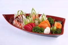 Il sashimi ha messo su fondo bianco, contro giapponese della squisitezza Immagini Stock Libere da Diritti