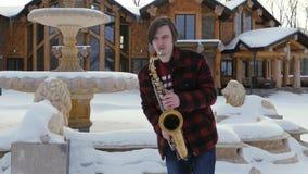 Il sassofonista gioca il sassofono, nell'inverno video d archivio