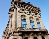 Il secondo piano di bella vecchia costruzione a Barcellona immagini stock libere da diritti