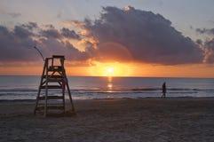 Il sedile del bagnino su una spiaggia spagnola ad alba Fotografia Stock