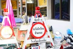 Il segnale di pericolo per gli studenti attraversa la via, in Tailandia Immagine Stock