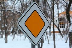 Il segnale stradale in bianco, conduce, codice stradale, legge e ordine, fotografia stock libera da diritti