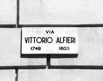 Il segnale stradale con il nome di uno scrittore in Italia ha chiamato Vittorio Alf immagini stock libere da diritti