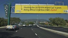 Il segno 2010 della tazza di mondo della FIFA su una strada principale Fotografie Stock Libere da Diritti