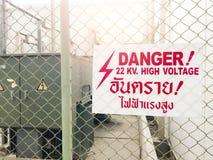 Il segno ad alta tensione del pericolo d'avvertimento e la lingua tailandese significano il pericolo h Immagine Stock Libera da Diritti