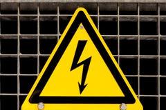 Il segno ad alta tensione si è serrato sulla griglia d'acciaio Immagini Stock Libere da Diritti