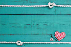 Il segno blu in bianco con il confine della corda, il cuore rosso, la chiave del ferro e l'argento chiudono Immagini Stock