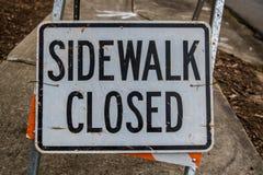 Il segno chiuso del marciapiede riempie la struttura Immagini Stock