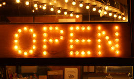 Il segno d'ardore delle lampadine si apre Immagine Stock