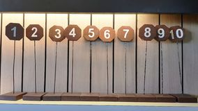 Il segno dei numeri della tavola che hanno allineato 1 - 10 sopra accantonare nel ristorante fotografia stock