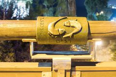 Il segno dei pesci dello zodiaco sul ponte del ponte di desiderio nella luce gialla di un riflettore ha individuato sulla vecchia Fotografie Stock Libere da Diritti