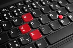 Il segno del sesso ha evidenziato nel rosso sulla tastiera del computer portatile fotografie stock