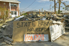 Il segno dell'agenzia di State Farm Insurance ed i detriti davanti alla casa hanno colpito molto dall'uragano Ivan a Pensacola Fl immagine stock libera da diritti