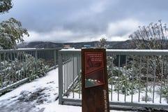 Il segno dell'allerta delle alpi e la piattaforma australiani di osservazione a Snowy montano Immagini Stock Libere da Diritti
