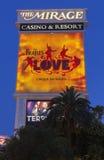 Il segno dell'hotel di miraggio con l'amore di Beatles a Las Vegas, NV sopra Immagine Stock