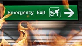 Il segno dell'uscita di sicurezza con luce che pende dal soffitto nella costruzione con la fiamma di fuoco sta bruciando Progetta stock footage