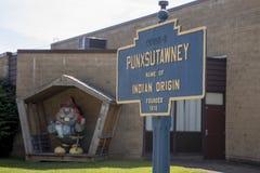 Il segno della città di Punxsutawney con Phil si è vestito come vigile del fuoco Fotografia Stock