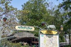Il segno della metropolitana di Parigi alla stazione cita - Parigi, Francia fotografie stock libere da diritti