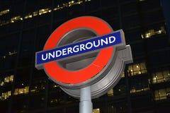 Il segno della stazione di Londra Undergound alla notte Fotografia Stock Libera da Diritti
