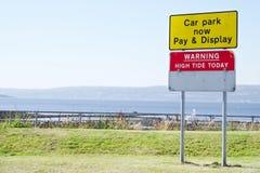 Il segno di alta marea ed il parcheggio d'avvertimento pagano e visualizzano Helensburgh Regno Unito Fotografia Stock Libera da Diritti