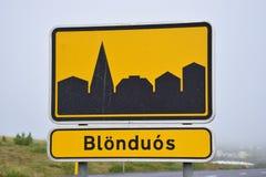 Il segno di Blönduos, una cittadina della città in Islanda fotografie stock libere da diritti