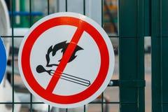 Il segno di fuoco è vietato sul recinto fotografia stock libera da diritti