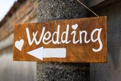 Il segno di legno indica dove le nozze Fotografia Stock Libera da Diritti
