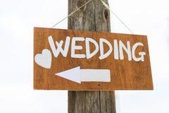 Il segno di legno indica dove le nozze Fotografie Stock Libere da Diritti