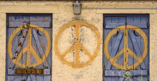 Il segno di pace ha ripetuto il simbolo su costruzione abbandonata Fotografia Stock Libera da Diritti