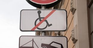 Il segno di parcheggio disattivato, nessuna sedia a rotelle ha depennato fotografia stock