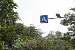 Il segno di simbolo per la gente attraverso alla via Fotografia Stock Libera da Diritti
